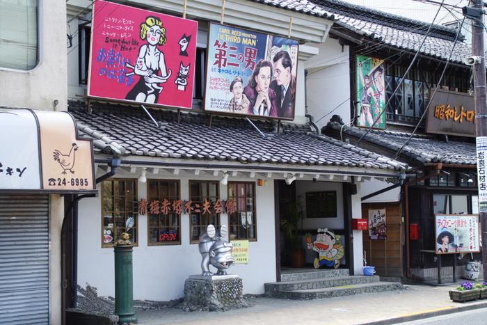 昭和レトロ商品博物館のすぐ隣にある、「青梅赤塚不二夫会館」。昭和を代表するギャグ漫画家、赤塚不二夫の絵や漫画、写真などを展示している博物館です。売店では、さまざまな赤塚不二夫グッズも販売しています。