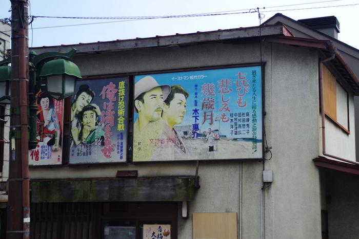 """新宿から約1時間でアクセスできる、東京都青梅市。山や渓谷に囲まれた自然豊かな場所として有名ですが、実は""""昭和レトロ""""な町並みを楽しむこともできるんです。"""
