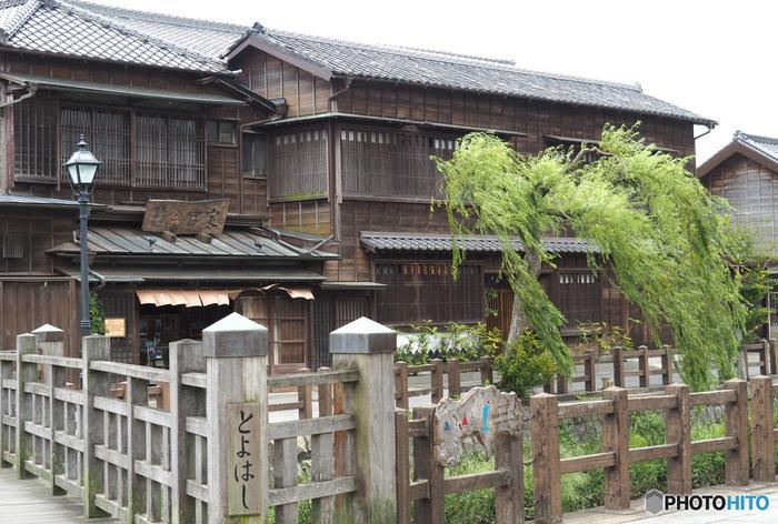 千葉県北東部に位置する、香取市佐原(さわら)。古くから水郷の町として栄えた場所で、川沿いには江戸の風情を感じる建物が軒を連ねています。また、日本地図を完成させた伊能忠敬が暮らしていた町でもあり、「伊能忠敬旧宅」などを見学することもできます。