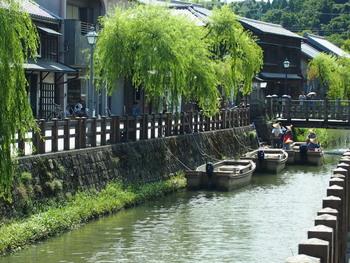 土蔵造りの商家や町屋などが建ち並ぶ小野川沿岸。徒歩で散策するのも良いですが、観光船に乗るのもおすすめです。約30分かけて、ゆったりと水上散歩を楽しむことができますよ。