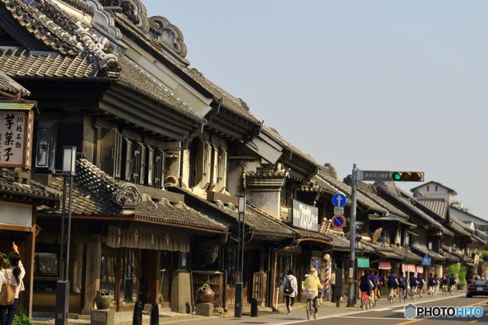 東京都心から約1時間でアクセスできる、埼玉の人気観光地・川越。江戸時代に城下町として栄えた場所で、現在でも蔵造りの建物が多数残っています。「蔵造りの町並み」エリアを中心に、のんびりと散策を楽しむのがおすすめです。また、「菓子屋横丁」などで食べ歩きを楽しむこともできますよ。