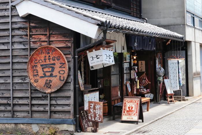 菓子屋横丁に向かう途中にある、レトロなコーヒースタンド「豆蔵」。姉妹店の「あぶり珈琲」で焙煎した豆を使用した、おいしいコーヒーを味わうことができます。