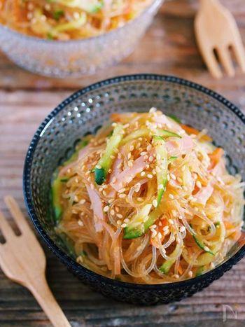 忙しい週の晩御飯に作り置きおかずとしても活躍する中華風春雨サラダ。しっかり味付けがされているので食べごたえもあり、春雨ののど越しもよく、大満足のおかずレシピです。