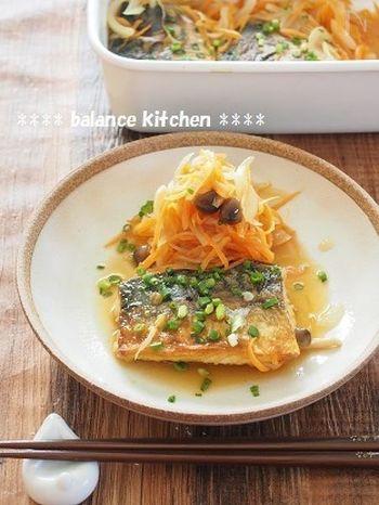 こちらは先ほどのレシピよりももっと簡単!塩サバを使って炒めてマリネ液に漬け込むだけでOK。カレー味の南蛮漬けというのも新鮮でお家でランチパーティーなんて時にもいいかも。お野菜もいっぱい食べられるお薦めレシピです。