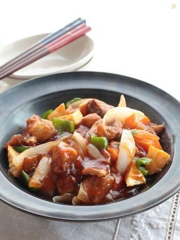 本来の酢豚のレシピはまず食材を揚げて炒めて・・と手間がかかるレシピですが、こちらは茹でてから炒めるだけのお手軽レシピ!揚げ油を使わないのでカロリーオフにも期待できます。定番の中華料理をお家でさくっと作っちゃいましょう♪