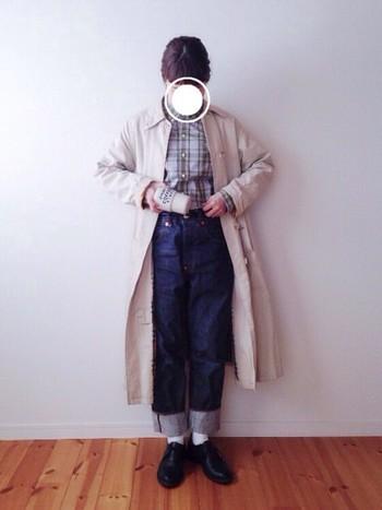 お洒落な男の子のように、チェックシャツの上にコートをさらりと。袖や裾のロールアップで、全体のバランスを調整すれば、可愛らしさもプラスできますね。