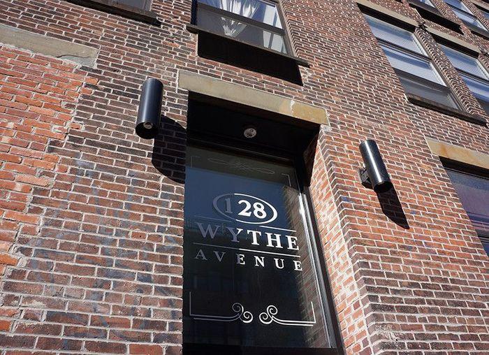 ブルックリンの中でも最も人気のあるウィリアムズバーグ地区にあり、周辺には最先端でおしゃれなショップやレストラン、書店やギャラリーが並んでいます。