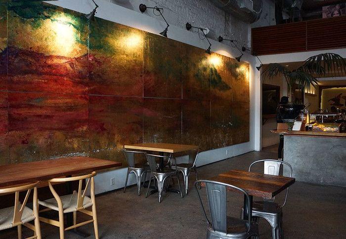 そんなkinfolkが作ったカフェも人気スポットのひとつ。壁面にはブルックリンらしい若手アーティストの大きなアートが。