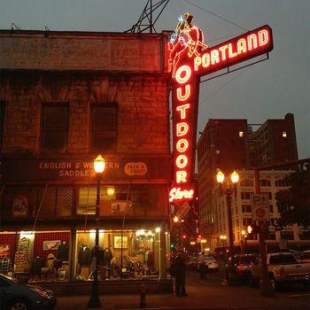 アメリカでもうひとつのトレンドシティと言えばオレゴン州ポートランド。こちらも倉庫をリノベーションし、多くのリベラルな若者たちが集まるようになって発展した街。身近な人と人との繋がりを大切にしたエコなショップやオーガニックカフェ、よりリラックス感のあるコミュニティに回帰し、温かみのあるロフト文化は憧れの的になっています。 先にご紹介した「kinfolk」が生まれた場所なんですよ。