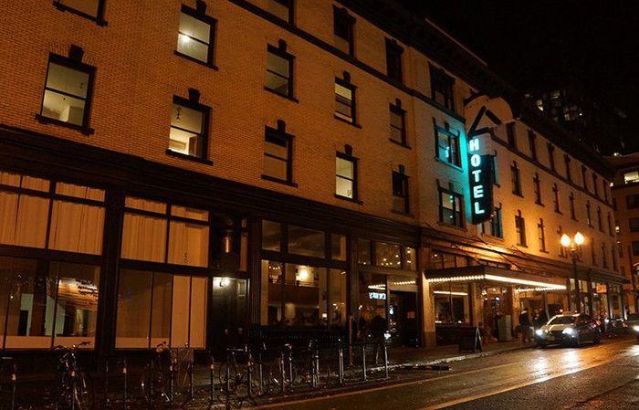 このポートランドを象徴するような建物がエースホテルポートランド。古いホテルをリノベーションして造られたブティックホテルです。