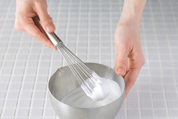 泡だて器はお菓子作りだけに限らず、普段のお料理、例えば卵をかき混ぜる、ココアや手作りドレッシングを混ぜ合わせるといった時に、とっても重宝します。こちらのスリムサイズの泡立て器は、ケーキに添えるホイップクリームなど、少しだけ泡立てたい時にとっても便利。普通のサイズからスリム、ミニサイズまで、いくつか用意しておくと、お菓子作りがよりスムーズに!  また、泡立て器では少々難しいスポンジケーキ作りの卵の泡立てや、シフォンケーキやマカロンなどのメレンゲ作りには、ハンドミキサーがおすすめです。コシのあるしっかりとした泡を作ることができるので、お菓子の膨らみや仕上がりにぐーんと差が出てきます。