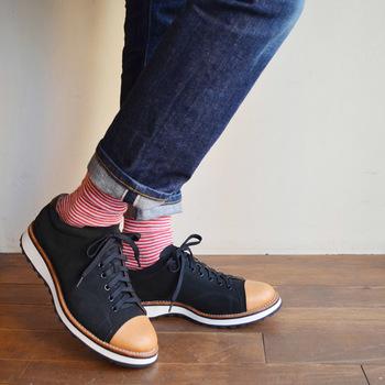 細いボーダーの靴下は、足首をきゅっと細く見せてくれます。デニムの濃紺とレッドのボーダーがぴったりマッチしています。