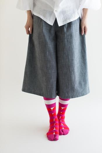 ボーダーと丸が組み合わせられた大胆なテキスタイルデザインの足袋下。この靴下のように履ける足袋は、ぐっと人目を惹きたいときにぴったりです。