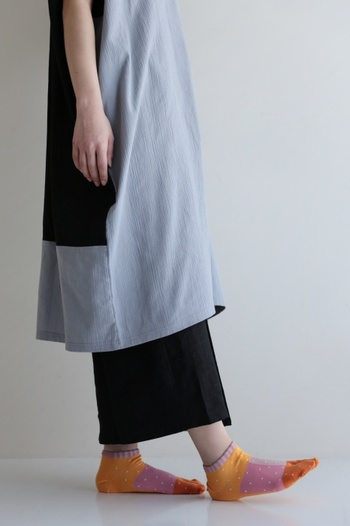 靴のデザインによって見える配色が変わる愛らしい足袋下です。小さな白いドットがキュートなイメージ。