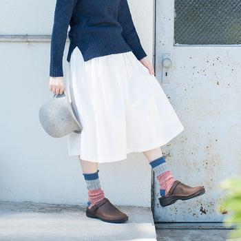 ざっくりとした編み目の靴下は、まだすこし寒い春先のコーディネートにぴったりです。白いふんわりとしたスカートに適度な重さがプラスされています。