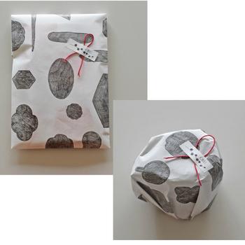 ■オリジナル紙袋(有料) 同じデザインの紙袋や包装紙もあり。落ち着いたモノトーンなので、リボンの色も映えますね。