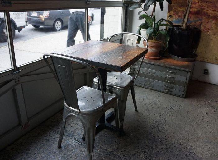 気持ち良いくらいクールなインダストリアルな家具に、エイジングの素晴らしいテーブルが柔らかい雰囲気をプラス。新しいものがないのに新しいブルックリンスタイルは、無限の広がりを見せる異素材MIXの世界観です。 建物はリノベーション、インテリアはリユース、そんなブルックリンスタイルにぴったりなカフェですね。