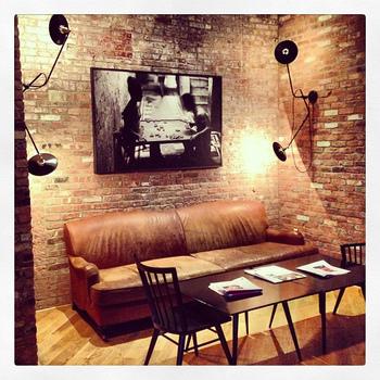 ビンテージ感溢れる年季の入ったソファやレンガに、おしゃれな照明やアートが。ホテルで使用されている家具は、廃材で作られたのだそう。