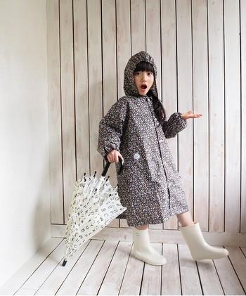 """入園・入学の準備に追われる親御さん。後回しになりがちなのが""""雨の日""""の用意。レインコート・傘・長靴などの中で、まだ持っていない物がないか、事前に相談してみましょう。もちろん、サイズの確認も忘れずに!"""