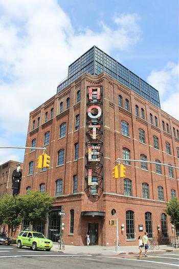 そんなブルックリンの代表的な建物と言えばワイスホテルです。テキスタイル工場をリノベーションして造られたブティックホテルで、中に入っているレストランレイナード、ルーフトップバーに立ち寄るのが定番の遊び方なのだそう。