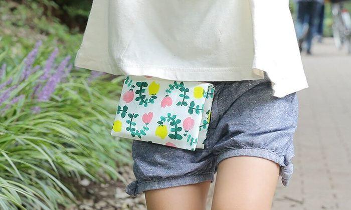 """ハンドメイドが得意なら、日常使い出来る布小物をプレゼントするのもいいですね。例えば、園児や小学生にとって必需品となりつつある""""移動ポケット""""。直線縫いするだけなので、初めて作る方にも分かりやすいアイテムです。"""