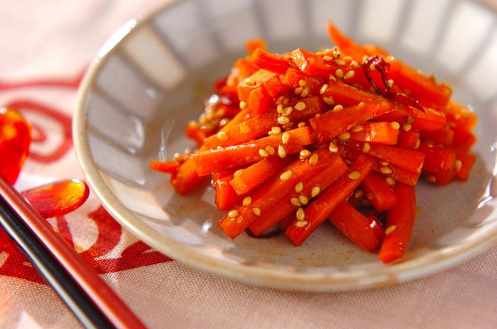 シンプルなにんじんのきんぴらもお弁当にはぴったりです。赤トウガラシを使うことで大人な辛さも楽しめます。