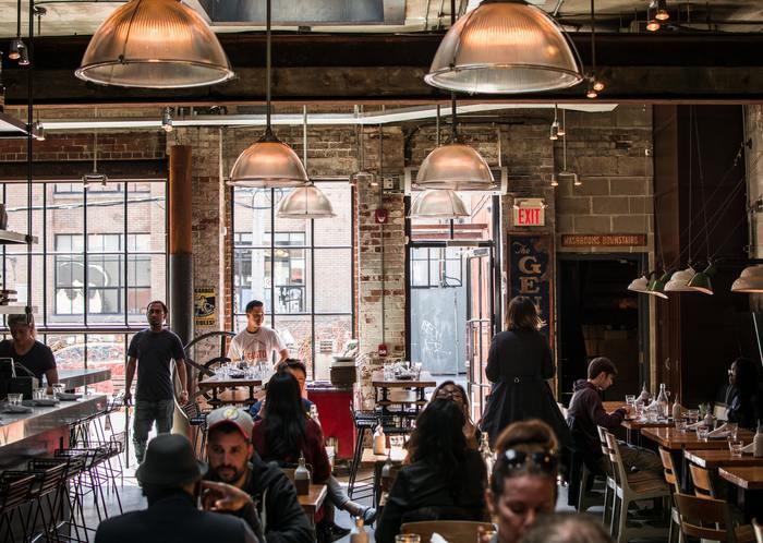 地元食材中心のオーガニックフードを用いた最先端のカフェやレストランはここから生まれ、インテリアも含めて「ブルックリンスタイル」として日本でも注目を集めています。 色褪せた赤レンガにビンテージな木製家具、インダストリアルなインテリアなど、古い物どうしをうまくミックスさせたスタイルがブルックリンスタイル。 席に着けばまるで馴染みのお店の様に感じられる温かみのある空間。異国の地であることを忘れるくらいリラックスできそうなお店で溢れています。