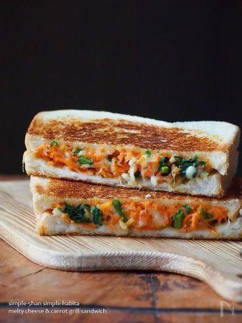 にんじんとほうれん草という、緑黄色野菜をたっぷりと使ったサラダにチーズを合わせたトーストレシピです。ほうれん草を合わせることで彩りがさらにきれいになりますね!