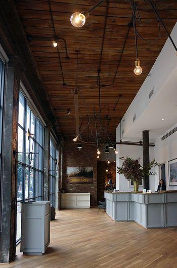 こちらはロビーの様子。当時のままの柱や床、レンガがそのまま使用されているのだそう。重厚感のある雰囲気が素敵です。