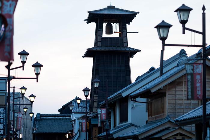 「蔵造りの町並み」エリアにある川越のシンボル、「時の鐘」。江戸時代の初期に創建され、現在でも1日に4回鐘の音を響かせています。3層構造・高さ約16メートルの鐘楼は迫力満点!写真撮影にぴったりの、絵になるスポットです。