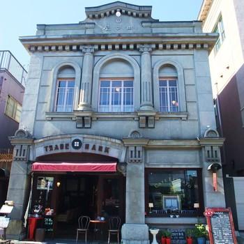 「蔵造りの町並み」エリアにある「アートカフェ エレバート」。レトロモダンな洋館で、インドネシア・スラウェシ島産の「トアルコトラジャ」コーヒーや、6種類のCOEDO生ビールを味わうことができます。