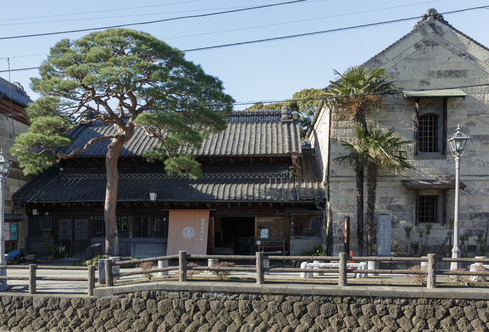「蔵の街」として知られている栃木県栃木市。江戸時代より、巴波川(うずまがわ)を利用した交易で栄えてきました。現在でも、江戸や明治、大正時代につくられた風情ある建物が数多く残されています。巴波川沿岸や、「蔵の街大通り」を中心に散策を楽しむのがおすすめですよ。
