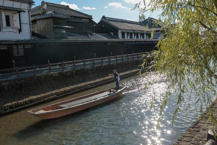栃木市の中心を流れる「巴波川」。川沿いには、蔵造りの建物が軒を連ねています。「蔵の街遊覧船」を利用すれば、船の上からレトロな町並みをのんびりと眺めることができますよ。また、春(3月~5月)の鯉のぼりや、夏(8月上旬)の「行灯まつり」など、季節のイベントも必見です!