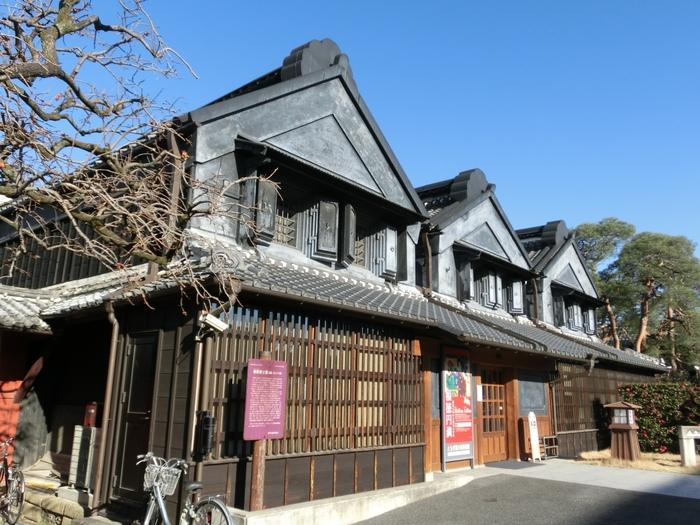 蔵の街大通り沿いにある「とちぎ蔵の街美術館」。約200年前に建てられた3棟の土蔵を改修し、栃木市にゆかりのある作家の作品や、現代陶芸作品などを展示しています。展示品はもちろん、歴史のある建物もぜひじっくりと鑑賞してみてください。