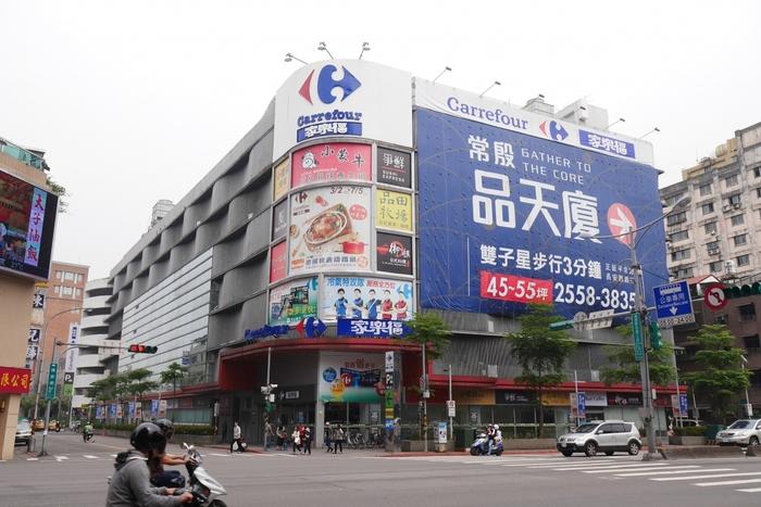 1つめは「カルフール」。  フランス資本のスーパーで、世界中に支店をもっています。  ちなみに、カルフールは「スーパーマーケット」ではなく、「ハイパーマーケット」と呼ばれており、どの店舗も規模はとても大きいですよ。