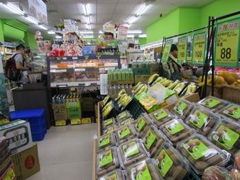 地下階に巨大な空間を作って商品を販売するスタイルで、ローカルフードやフルーツ、インスタント食品などが販売されています。  カルフールよりはこじんまりとはしていますが、ローカル感を楽しむならこちらもおすすめですよ。