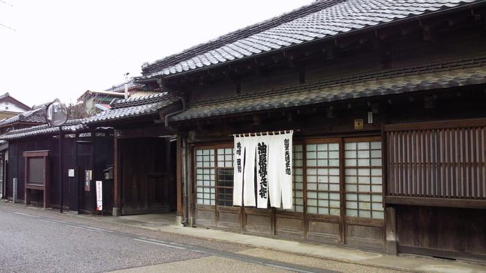 散策の合間にランチをするなら、おいしい味噌田楽を味わえる「田楽あぶでん」がおすすめ。江戸元年から味噌の製造を行なっている、歴史の古いお店です。
