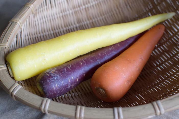最近では様々な種類のにんじんを目にするようになりましたよね。一般的なオレンジ色がきれいなにんじんや、生で食べるとほんのりとした甘味を楽しめる紫にんじん、沖縄ではポピュラーな黄色いにんじんなど、こうしてみるとにんじんは目で見て楽しめる彩りが特徴の野菜でもありますよね。