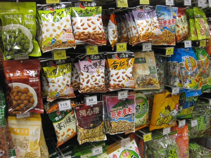「どこにでもあるのに、ナッツ?」 と思った方もいらっしゃるかもしれませんが、台湾風の味付けがされたものも多く、一度食べるとやみつきになることも……!  ピーナツやカシューナッツなど、ナッツの種類によっては日本よりもやや安価に買えることもありますので、ぜひ買って帰ってみてくださいね。