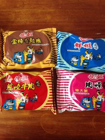 台湾には実に多くのインスタント麺がありますが、インパクトがあるのはこちらの「統一麺」。  イラストはレトロでなんだかシュール。 他にも、魔法使いのおじいちゃんが描かれた「科学麺」など、インスタントコーナーでも独特の存在感を放っています。  麺として食べるのも良いですが、クラッシュしてぽりぽりスナックとして食べるのもおいしいですよ。