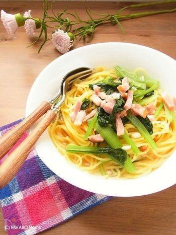 フライパンでスープを作って、麺を入れて茹でるだけの簡単レシピ。約10分で完成するので、忙しい日のランチやディナーにもおすすめです。シャキシャキした小松菜の食感と、カリカリしたベーコンの旨味を同時に楽しめます☆