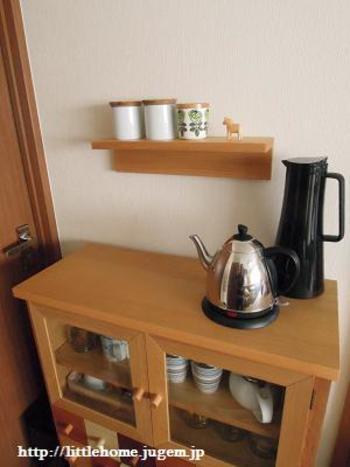 キッチンにも、壁に付けられる家具を。 よく使うものはキャビネットにしまうよりもさっと取ることができて、作業効率もアップ!