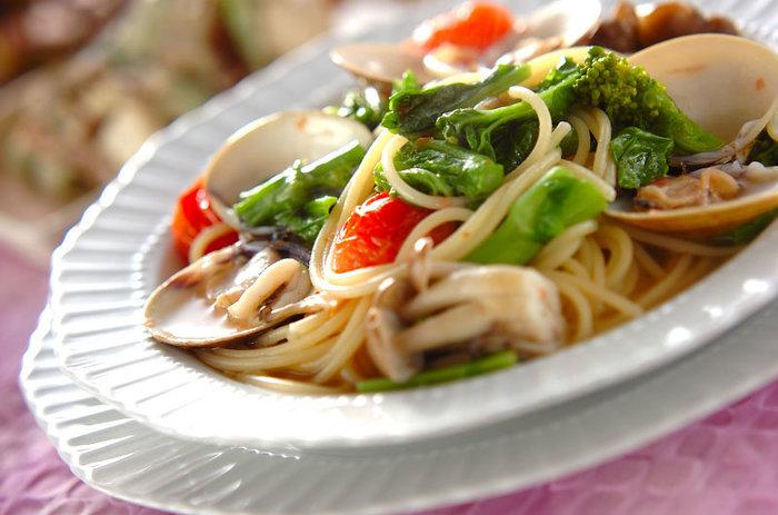 春におすすめ♪ハマグリと菜の花を使ったスープパスタレシピ。ハマグリの旨みが染みた上品なスープの味わいと、菜の花ならではの苦みがたまらない逸品です。プチトマトを加えることで、見た目も鮮やかなスープパスタのできあがり☆