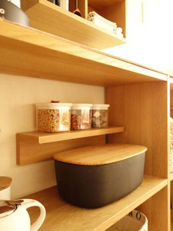 背面が無いスタッキングシェルフの中に棚を。 壁に取り付けるだけでなく、こんな使用方法もあります。