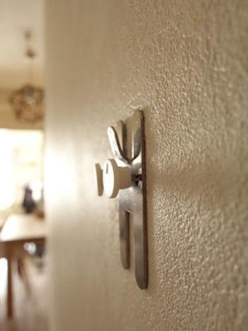 こんな専用の金具で取り付けます。 壁に空く穴の大きさは画鋲と同じくらい小さいので、賃貸でも使用OK!
