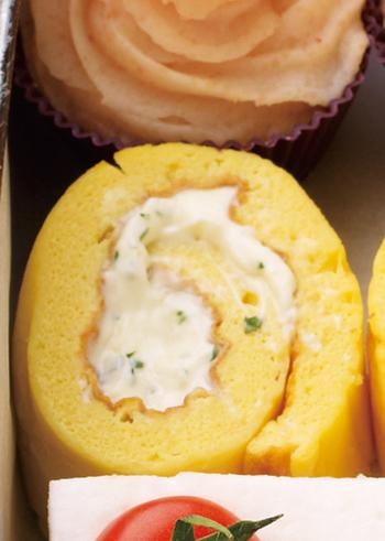 まるでロールケーキ!卵には粉チーズと白ワインで味付けし、クリームチーズを巻く洋風卵焼きです。厚焼き玉子を焼いて、熱い内にラップで巻き上げます。