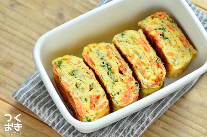 お弁当に入れる時に欲しい「赤・黄・緑」が揃った、一品で彩り豊かになる卵焼きレシピです。赤はほぐし鮭、緑は大葉。鮭の塩気があるので、味付けは白だしと砂糖各少々でOKです。ちょっぴり贅沢な卵焼きになりますよ。