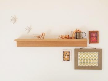 棚を使って小物をディスプレイ。 飾り棚があると、心にゆとりができるような気がします。 空間を楽しむ余裕。