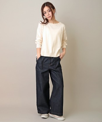 ノンウォッシュデニムに白いカットソーとコンバースを合わせたスタイル。襟ぐりがボートネックなので首のラインを見せてあげると女性らしく着こなすことができます。