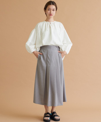 白のブラウスを、グレーのロングスカートにタックインしたスタイル。白×グレーは大人っぽい印象を作りやすいカラーリングなので、ナチュラルなのに上品なブラウスコーデが叶います。